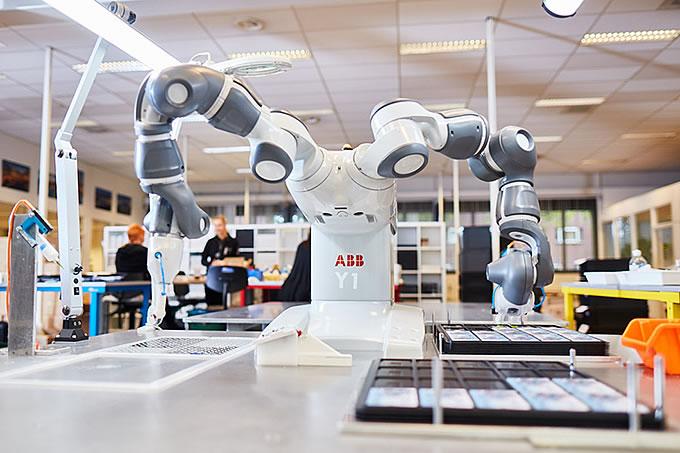 In der Produktion geht es zwischen Mitarbeiter und Maschine Hand in Hand